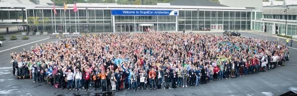 DrupalCon Amsterdamin osallistujat yhteiskuvassa. Kuvaaja: Josef Jerabek
